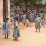 Kinder in Schuluniform vor Schulbeginn