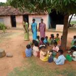 Kinder machen Pause im Schatten