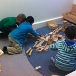Kinder spielen gemeinsam mit Bauklötzen in der Vorschule