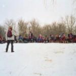 SchülerInnen versammelt zum Rodeln