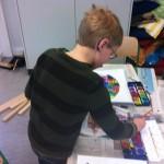 Vorschüler künstlerisch mit Schulmalkasten tätig